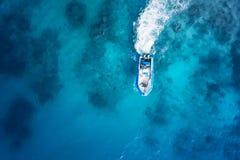Drehzahlboot auf dem azurblauen Meer Stockfotos