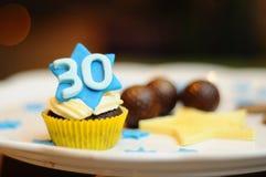 Dreißig-Geburtstags-kleiner Kuchen Stockbilder