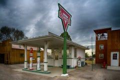 dreißiger Jahre Replik Conoco-Tankstelle stockbilder