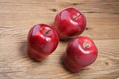 Drei Äpfel auf der Tabelle Lizenzfreies Stockbild