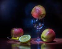 Drei Äpfel und Glas Lizenzfreie Stockfotografie