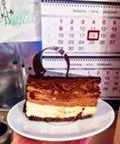 Drei-überlagerter Sahneschokoladenkuchen am Feiertag Lizenzfreie Stockfotos