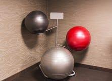 Drei Übungsbalancenbälle auf einem Gestell stockfotografie