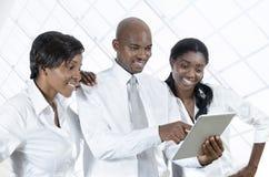 Drei afrikanische Geschäftsleute mit Tablet-PC stockfoto