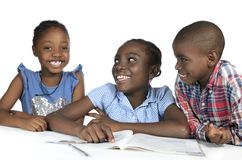 Drei afrikanische Kinder, die zusammen lernen stockbilder