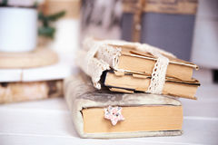 Drei alte Bücher auf dem Tisch Stockbilder
