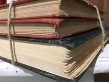 Drei alte Bücher auf Tabelle Lizenzfreie Stockbilder