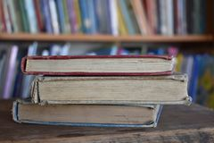 Drei alte Bücher in einer Bibliothek Stockfoto