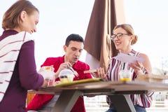 Drei alte Freunde, die während der Mittagspause sich treffen Lizenzfreie Stockfotos