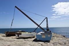 Drei alte hölzerne Boote auf der Küste Lizenzfreie Stockfotos