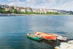 Drei alte hölzerne Fischerboote festgemacht im Hafen Lizenzfreie Stockfotos