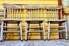Drei alte Holzstühle Stockbilder