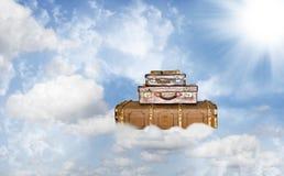 Drei alte lederne Koffer auf einer himmlischen Reise Stockfotografie