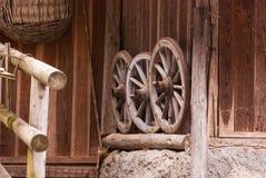 Drei alte Räder Stockfoto