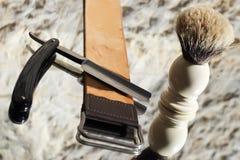 Drei alte Rasierrasiermesser, Bürste und Streichriemen Lizenzfreies Stockbild