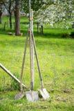Drei alte Schaufelgartenwerkzeuge, Saisongarten funktioniert stockbilder