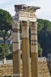 Drei alte Spalten in Roman Forum in Rom Stockfotografie
