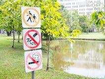 Drei alte Verbotszeichen in den Parks stockfoto
