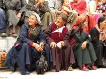 Drei alterten die tibetanischen Frauenpilger, die in Leh, Indien stillstehen Stockfoto