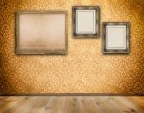 Drei altmodische Rahmen auf Wand stockfotos