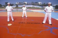 Drei amerikanische Seeleute, die auf Karte der Vereinigten Staaten, Meer Welt, San Diego, Kalifornien stehen Lizenzfreies Stockbild
