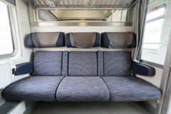 Drei angrenzende leere Sitze auf modernem europäischem Zug stockfotografie