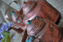 Drei antike kupferne Kaffee-Töpfe Stockbilder