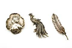 Drei antike silberne Broschen stockbilder