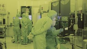 Drei Arbeitskräfte im Labor Sauberer Bereich narc Sterile Klage Verdeckter Wissenschaftler stock footage