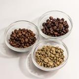 Drei Arten Kaffee in den Glasregalen gelegt in ein Dreieck auf a Lizenzfreie Stockfotos