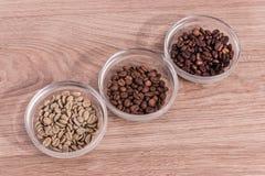 Drei Arten Kaffee in den Glasregalen von diagonal Stockbilder