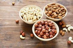 Drei Arten Nüsse in einer Schüssel Stockfoto