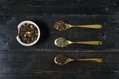 Drei Arten Tee in den Löffeln - grün, im Schwarzen und in Rooibos stockfoto