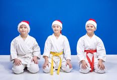 Drei Athleten im karategi, das im Haltungskarate sitzt stockfoto