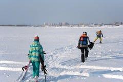 Drei Athleten werden Snowkiting tun lizenzfreie stockbilder