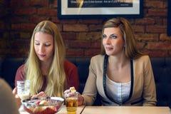 Drei attraktive Frauen, die zu Mittag essen Lizenzfreie Stockfotos