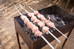 Drei Aufsteckspindeln mit dem rohen Fleisch bereit zur Röstung Stockfoto