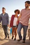 Drei aufsteigende Schritte der Freunde mit Lächeln lizenzfreie stockfotografie