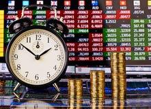Drei Aufwärtstrendstapel von goldenen Münzen, von Uhr und von Finanzdiagramm Lizenzfreies Stockbild