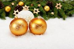 Drei Bälle und Weihnachtsbaumast Stockbilder