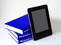 Drei Bücher mit elektronischem Leser stockfoto