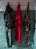 Drei Bademäntel, die im Badezimmer hängen Stockbild