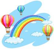 Drei Ballone, die über den Regenbogen fliegen Lizenzfreies Stockfoto