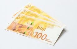 Drei Banknoten eines neuen Typs mit einem Porträt des Dichters Lea Goldberg wert 100 israelische Schekel auf einem weißen Hinterg Lizenzfreies Stockbild