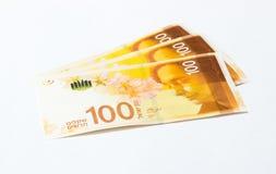 Drei Banknoten eines neuen Typs mit einem Porträt des Dichters Lea Goldberg wert 100 israelische Schekel auf einem weißen Hinterg Stockfoto