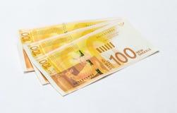 Drei Banknoten eines neuen Typs mit einem Porträt des Dichters Lea Goldberg wert 100 israelische Schekel lokalisiert auf einem we Stockfoto