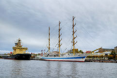 Drei-bemastetes Schiff MIR und Eisbrecher Moskau am Pier auf dem Neva-Fluss in St Petersburg, Russland Lizenzfreie Stockbilder