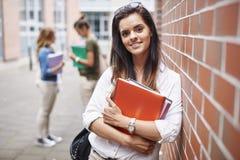 Drei beschäftigte Studenten auf dem Campus Stockfotos