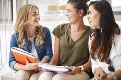 Drei beschäftigte Studenten auf dem Campus Lizenzfreie Stockfotografie
