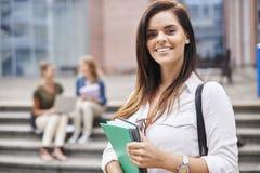 Drei beschäftigte Studenten auf dem Campus Stockbilder